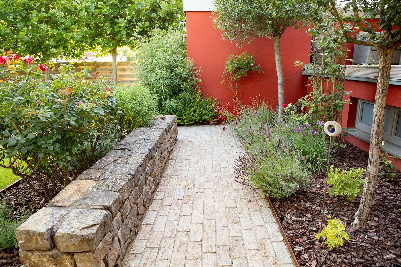 Romantischer Garten Hauswand