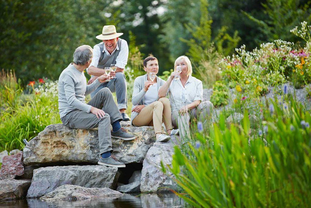 Freunde sitzen am Teich