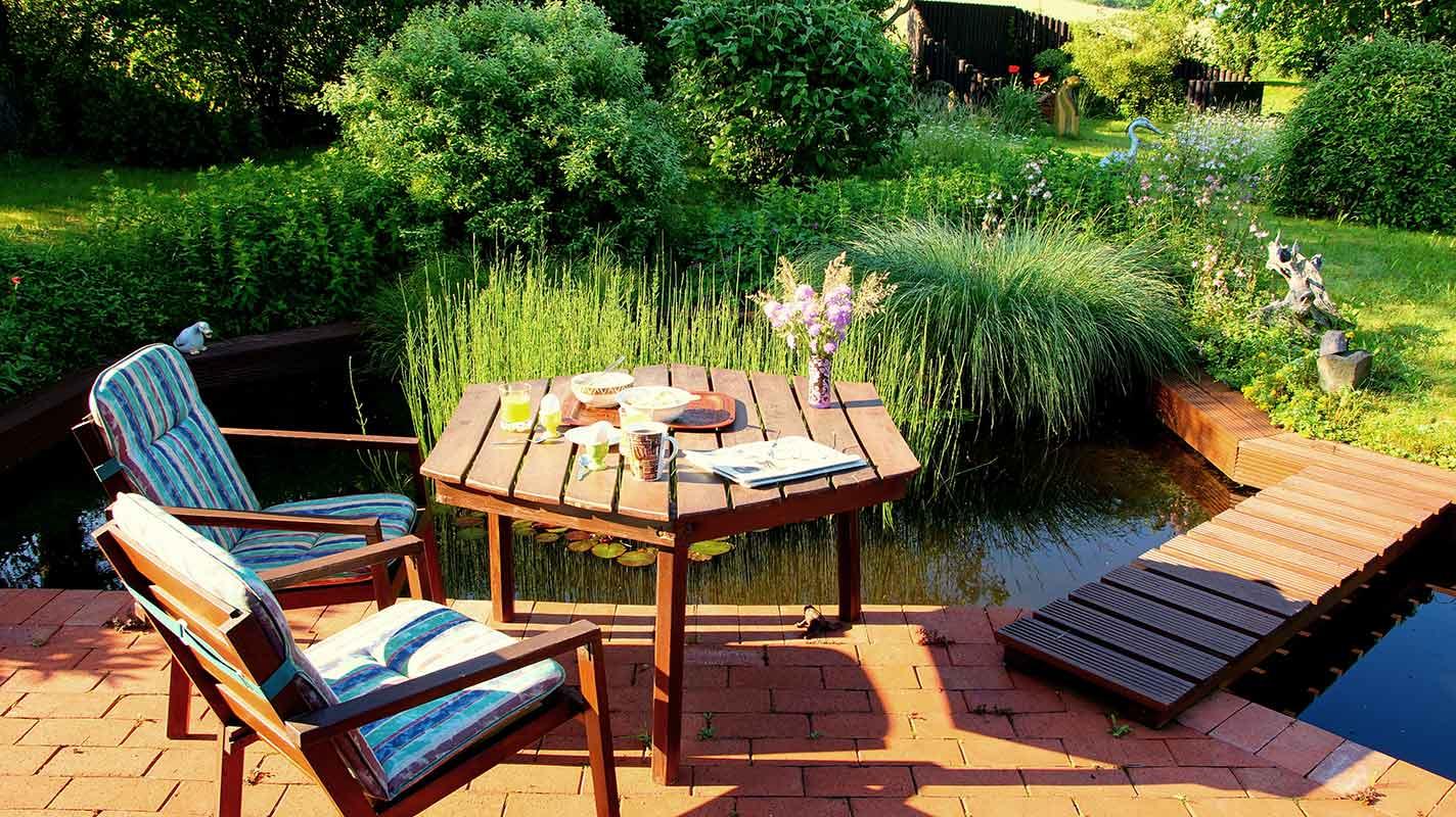 Sitzgruppe am Teich mit Steg